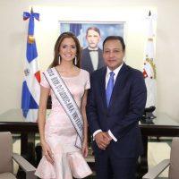 Miss RD Universo 2017 Carmen Muñoz Guzmán y Alcalde Abel Martínez