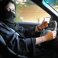 Arabia Saudita da marcha atrás y permite que las mujeres tomen el volante