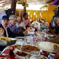 Luego de varios recorridos en Palo Verde, Castañuelas y Guayubín el Presidente hace parada para almorzar en comedor Kelvin en Hato del Medio