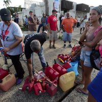 Hasta 8 horas de espera en Puerto Rico para gasolina tras azote de huracán María