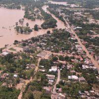 El Yuna se desborda, incomunica 10 comunidades y para el tránsito SD-Samaná