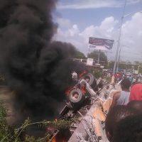 Camión de cemento se sale de la  vía puente higuamo cae al vacío y se incendia en SPM, se dice conductor esta dentro
