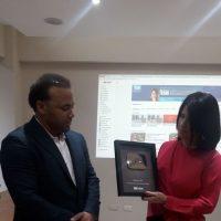 Alicia Ortega recibe Botón de Plata otorgado por la plataforma #YouTube a #NoticiasSIN, primer medio informativo en el país en recibirlo