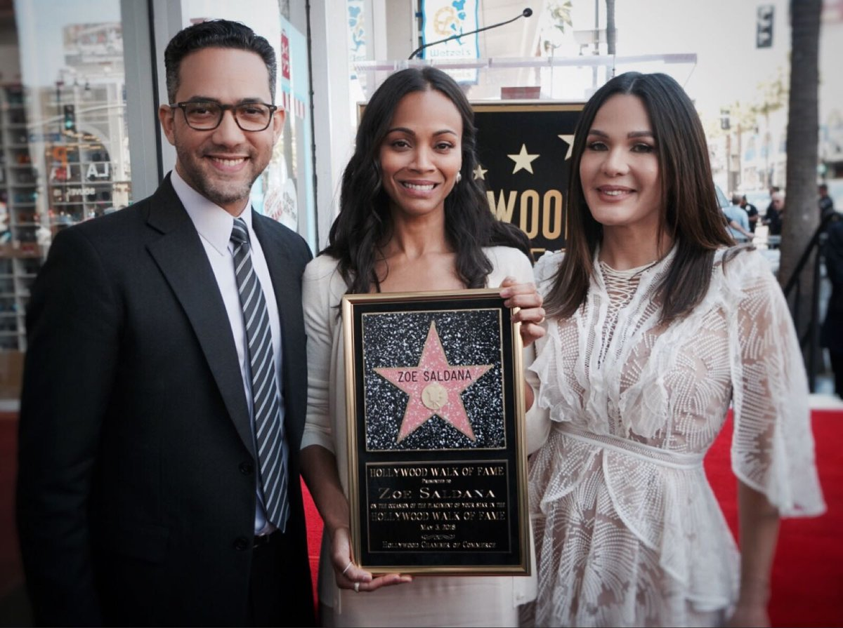 Zoe Saldaña tras recibir su estrella en el Paseo de la Fama Hollywood