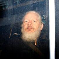Fundador de WikiLeaks ha sido arrestado después de pasar 7 años asilado en la Embajada de Ecuador en Londres