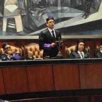 Llama abogados a ejercer derecho con dedicación