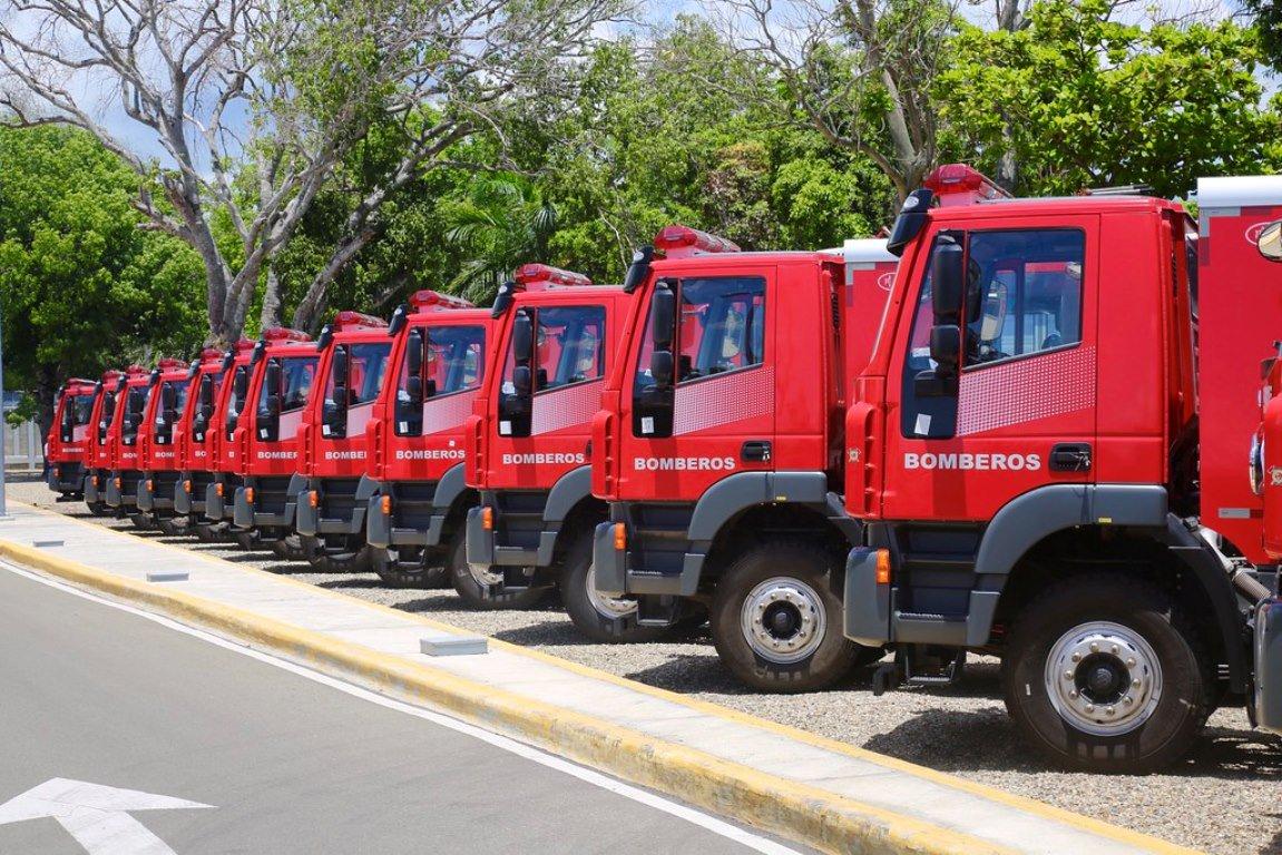 Entregan 27 camiones de bomberos donados por China