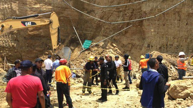 Un muerto y 4 personas atrapadas al producirse derrumbe en unas excavaciones en Santiago