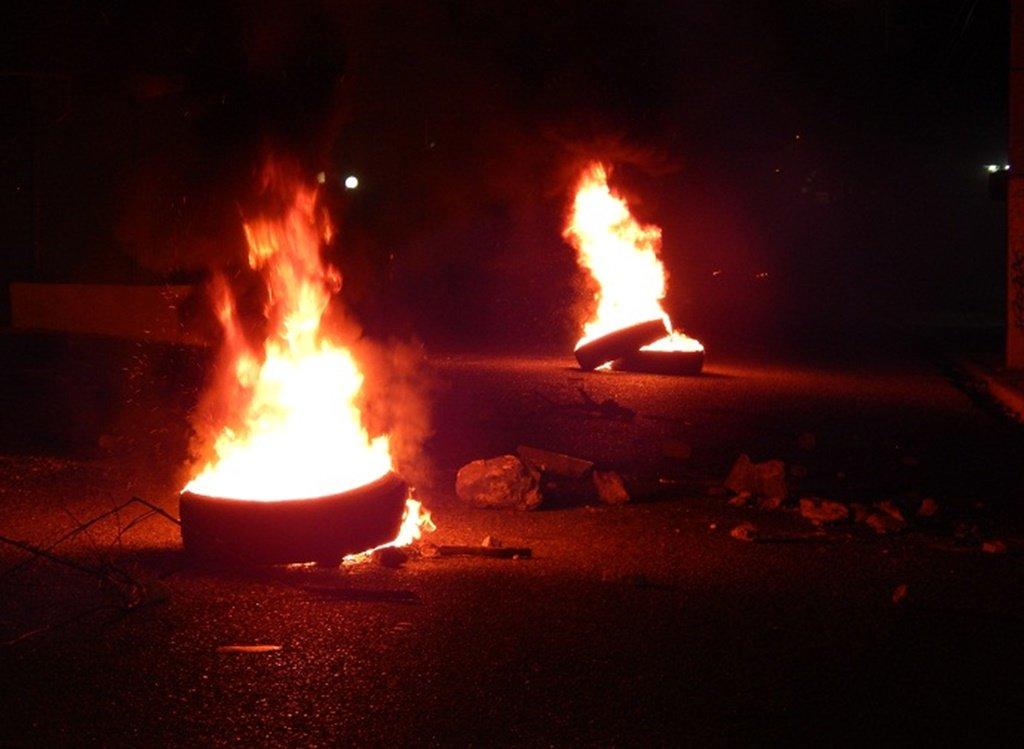 Queman neumáticos en calle Duarte de Barahona por apagones